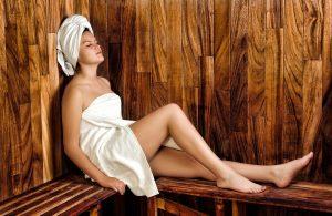 Wie setzt man sich richtig in die Sauna? Möglichst aufrecht mit angewinkelten Beinen.
