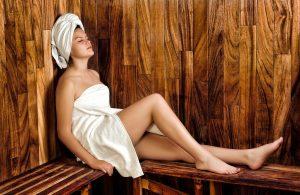 Frau in der Heimsauna. Am besten direkt eine Sauna kaufen.